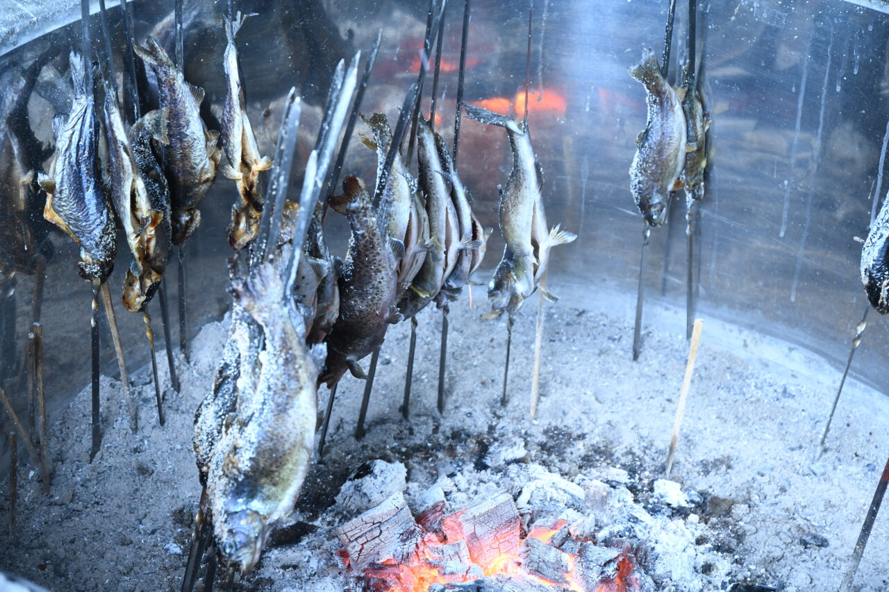 釣った魚は炭火焼き